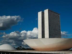 A cúpula menor, voltada para baixo, abriga o Plenário do Senado Federal. A cúpula maior, voltada para cima, abriga o Plenário da Câmara dos Deputados.