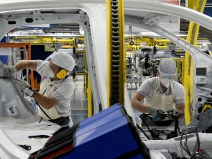 Os trabalhadores da montadora Fiat Chrysler Automobiles constroem um modelo Argo 2020, em meio à disseminação da doença por coronavírus (COVID-19), na fábrica de montagem em Betim