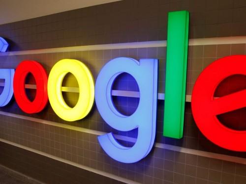 Logotipo do Google é exibido dentro de um prédio de escritórios em Zurique, Suíça.