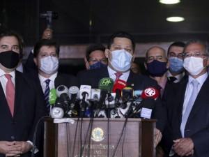Os presidentes da Câmara, Rodrigo Maia, do Senado, Davi Alcolumbre, e o ministro da Economia, Paulo Guedes, durante entrevista após entrega da primeira parte da reforma tributária.