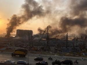 A fumaça é vista após uma explosão em Beirute