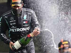 Fórmula 1 F1 - Grande Prêmio da Bélgica - Spa-Francorchamps, Spa, Bélgica - 30 de agosto de 2020 Mercedes 'Lewis Hamilton comemora com champanhe no pódio após vencer a corrida Pool via REUTERS / Lars Baron