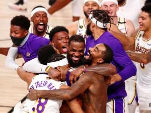 11 de outubro de 2020; Lake Buena Vista, Flórida, EUA; O Los Angeles Lakers comemora sua vitória sobre o Miami Heat após o sexto jogo das finais da NBA de 2020 no AdventHealth Arena. O Los Angeles Lakers venceu por 106-93 para vencer a série. Crédito obrigatório: Kim Klement-USA TODAY Sports TPX IMAGES OF THE DAY