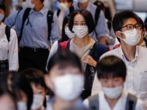3jun2020---estudantes-usam-mascara-para-se-proteger-do-coronavirus-enquanto-caminham-pela-estacao-kamata-em-toquio-no-japao-1591899472783_v2_1024x683